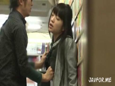 最新の媚薬を手に入れJKを店内で即入れ中出しレイプするレイパーの動画