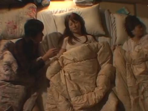 川の字セックス|無防備な姿で寝てる女の子に手を伸ばす男性