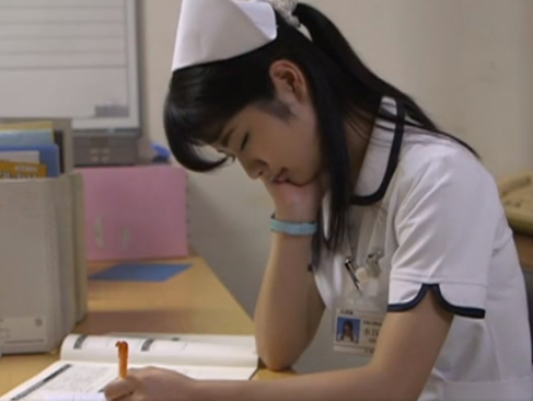 看護師レイプ|目の前に居眠りしているナースがいたら…